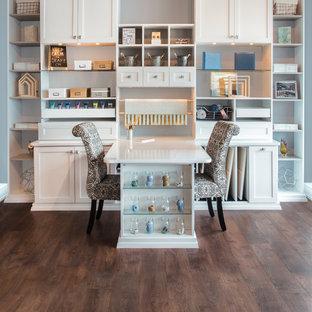 Inspiration för ett stort vintage hobbyrum, med grå väggar, mellanmörkt trägolv, ett inbyggt skrivbord och brunt golv