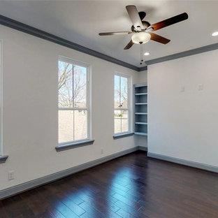 ヒューストンの中サイズのモダンスタイルのおしゃれなアトリエ・スタジオ (白い壁、ラミネートの床、暖炉なし、自立型机、茶色い床) の写真