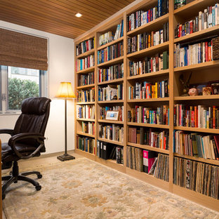 Cette photo montre un bureau moderne de taille moyenne avec un mur blanc, un sol en travertin, aucune cheminée, un bureau indépendant et un sol blanc.