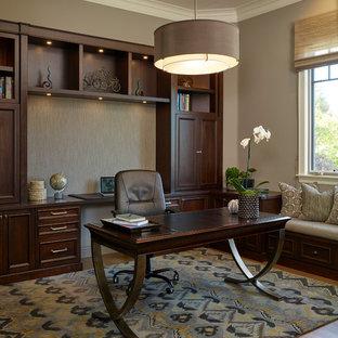 Foto di un ufficio chic di medie dimensioni con pareti grigie, pavimento in legno massello medio e scrivania autoportante