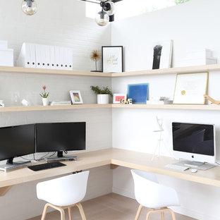 Неиссякаемый источник вдохновения для домашнего уюта: рабочее место среднего размера в современном стиле с белыми стенами, светлым паркетным полом, встроенным рабочим столом и бежевым полом без камина