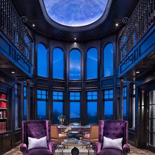 Diseño de despacho clásico renovado, extra grande, con paredes negras, suelo de madera oscura, escritorio independiente y suelo marrón