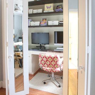 Inspiration för ett mellanstort funkis arbetsrum, med mellanmörkt trägolv, ett inbyggt skrivbord, beige väggar och brunt golv