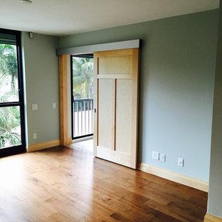 Idee per un ufficio stile americano di medie dimensioni con pareti blu e pavimento in legno massello medio