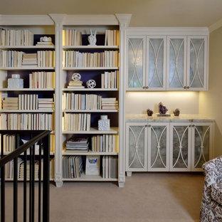 ヒューストンの小さいトランジショナルスタイルのおしゃれな書斎 (カーペット敷き、暖炉なし、自立型机、グレーの壁、ベージュの床) の写真