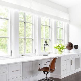 ニューヨークの中サイズのカントリー風おしゃれな書斎 (白い壁、濃色無垢フローリング、造り付け机、茶色い床) の写真