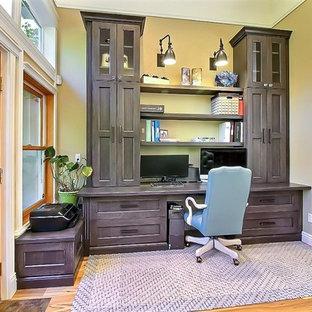 Неиссякаемый источник вдохновения для домашнего уюта: большое рабочее место в стиле современная классика с бежевыми стенами, светлым паркетным полом, стандартным камином, фасадом камина из дерева, встроенным рабочим столом и коричневым полом