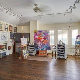 Großes Klassisches Arbeitszimmer ohne Kamin mit Studio, dunklem Holzboden, braunem Boden und weißer Wandfarbe in Chicago