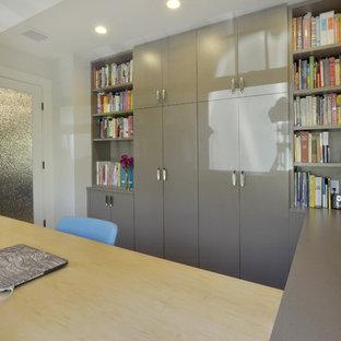 ニューヨークの中サイズのトランジショナルスタイルのおしゃれなホームオフィス・仕事部屋 (ベージュの壁、磁器タイルの床、造り付け机、ベージュの床) の写真