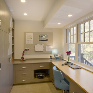 Ispirazione per uno studio tradizionale di medie dimensioni con pareti beige, pavimento in gres porcellanato, scrivania incassata e pavimento beige
