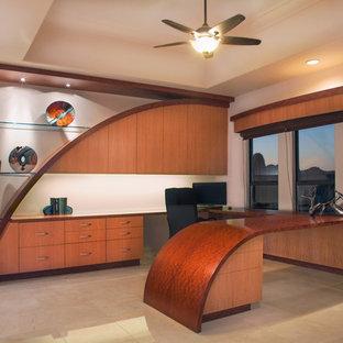 Modelo de despacho actual, grande, sin chimenea, con paredes blancas, suelo de travertino y escritorio empotrado