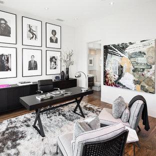 Foto di un grande ufficio minimal con pareti bianche, pavimento in legno massello medio, nessun camino, scrivania autoportante e pavimento marrone
