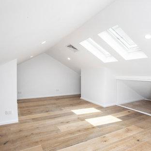 シドニーの小さいビーチスタイルのおしゃれなホームオフィス・書斎 (白い壁、ラミネートの床、茶色い床) の写真