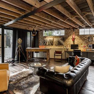 シドニーのインダストリアルスタイルのおしゃれな書斎 (青い壁、無垢フローリング、自立型机、茶色い床) の写真