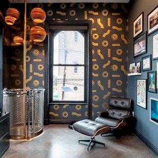 Idéer för att renovera ett funkis arbetsrum, med svarta väggar, mellanmörkt trägolv, ett fristående skrivbord och brunt golv