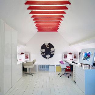 Imagen de despacho contemporáneo, sin chimenea, con paredes blancas, suelo de madera pintada, escritorio empotrado y suelo blanco