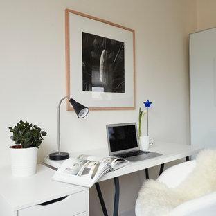 Inspiration pour un petit bureau nordique avec un mur blanc, un sol en vinyl, aucune cheminée, un bureau indépendant et un sol blanc.
