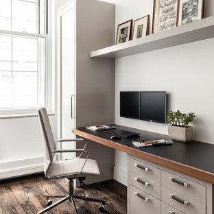 Immagine di un ufficio contemporaneo di medie dimensioni con pareti bianche, nessun camino, scrivania incassata, pavimento marrone e parquet scuro