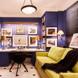 Mittelgroßes Klassisches Arbeitszimmer ohne Kamin mit Arbeitsplatz, blauer Wandfarbe, Marmorboden, Einbau-Schreibtisch und buntem Boden in New York