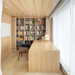 Réalisation d'un bureau asiatique de taille moyenne avec un sol en bois clair et un bureau intégré.
