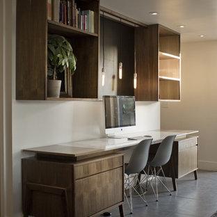 Immagine di un ufficio contemporaneo di medie dimensioni con pareti bianche, pavimento in gres porcellanato, nessun camino e scrivania incassata