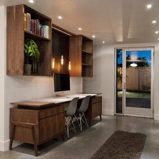ソルトレイクシティの中くらいのコンテンポラリースタイルのおしゃれな書斎 (白い壁、暖炉なし、グレーの床、磁器タイルの床、造り付け机) の写真