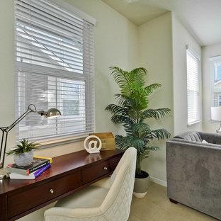Esempio di un piccolo studio moderno con pareti beige, pavimento con piastrelle in ceramica, scrivania autoportante e pavimento beige