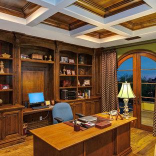 フェニックスの大きいトラディショナルスタイルのおしゃれな書斎 (造り付け机、緑の壁、無垢フローリング、暖炉なし) の写真