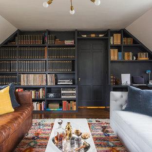 ワシントンD.C.のトランジショナルスタイルのおしゃれな書斎 (青い壁、濃色無垢フローリング、造り付け机) の写真