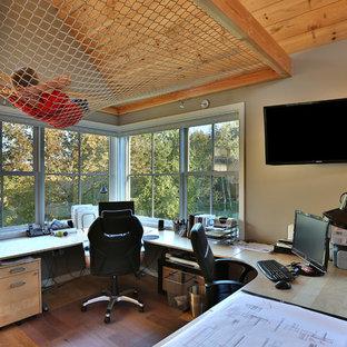 Klassisches Arbeitszimmer mit Studio, beiger Wandfarbe, braunem Holzboden, Einbau-Schreibtisch und braunem Boden in Portland Maine