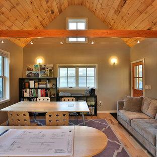 Foto de estudio tradicional renovado con suelo de madera en tonos medios, escritorio independiente y paredes grises