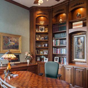 フェニックスのトラディショナルスタイルのおしゃれな書斎 (緑の壁、濃色無垢フローリング、自立型机) の写真