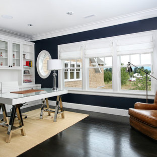 ポートランドのコンテンポラリースタイルのおしゃれなホームオフィス・書斎 (青い壁、濃色無垢フローリング、自立型机、黒い床) の写真