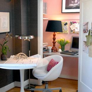 Idéer för ett eklektiskt arbetsrum, med rosa väggar
