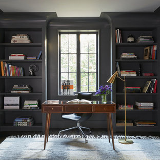 ロサンゼルスのトランジショナルスタイルのおしゃれな書斎 (グレーの壁、コルクフローリング、自立型机) の写真