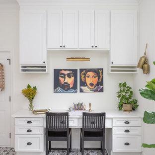 ローリーのトランジショナルスタイルのおしゃれなホームオフィス・書斎 (白い壁、造り付け机、マルチカラーの床) の写真