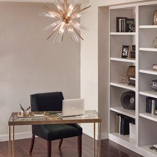 フェニックスの中くらいのトランジショナルスタイルのおしゃれな書斎 (ベージュの壁、濃色無垢フローリング、暖炉なし、自立型机、茶色い床) の写真