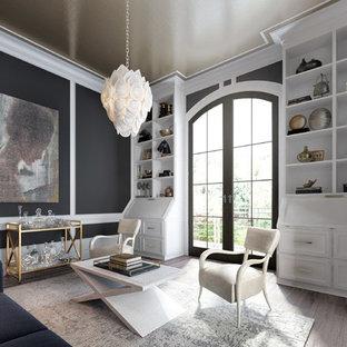 Пример оригинального дизайна: рабочее место с серыми стенами, встроенным рабочим столом, светлым паркетным полом, коричневым полом, потолком с обоями и панелями на части стены
