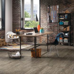 オレンジカウンティの広いインダストリアルスタイルのおしゃれな書斎 (茶色い壁、レンガの床、暖炉なし、自立型机、茶色い床) の写真