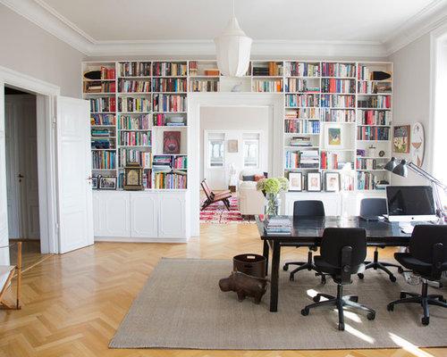 Arbeitszimmer mit kaminsims aus holz und hellem holzboden - Grauer schreibtisch ...