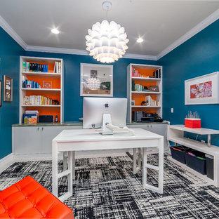 Foto di un ufficio chic di medie dimensioni con pareti blu, nessun camino, scrivania autoportante e pavimento in gres porcellanato