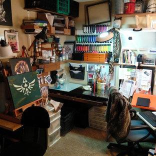Immagine di un piccolo atelier eclettico con pareti gialle, moquette, nessun camino e scrivania autoportante