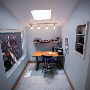 Ispirazione per una grande stanza da lavoro minimalista con pareti blu, pavimento in ardesia, nessun camino, scrivania incassata e pavimento grigio