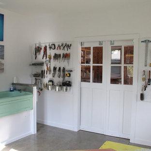 Immagine di un piccolo atelier industriale con pareti bianche, nessun camino e scrivania autoportante