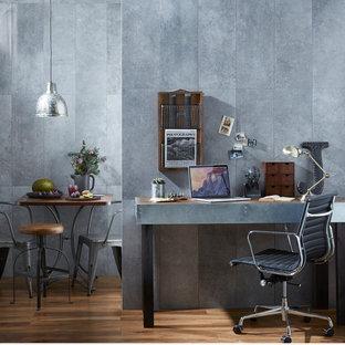 Esempio di un piccolo atelier industriale con pareti grigie, pavimento in legno massello medio e scrivania incassata