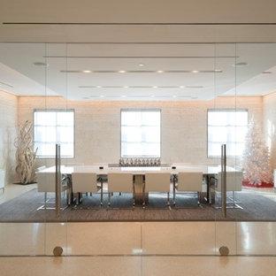 Foto di un grande ufficio moderno con pareti bianche, pavimento con piastrelle in ceramica, nessun camino e scrivania autoportante