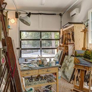 シャーロットのエクレクティックスタイルのおしゃれなアトリエ・スタジオ (白い壁、自立型机、ベージュの床) の写真
