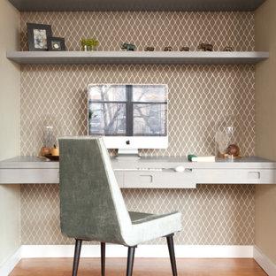 Immagine di uno studio design di medie dimensioni con scrivania incassata, parquet chiaro e nessun camino