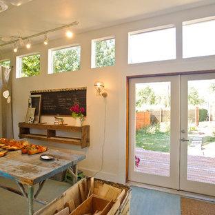 Modern inredning av ett hobbyrum, med vita väggar, målat trägolv och turkost golv