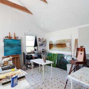 Ispirazione per un grande atelier contemporaneo con pareti bianche, nessun camino, scrivania autoportante e pavimento multicolore